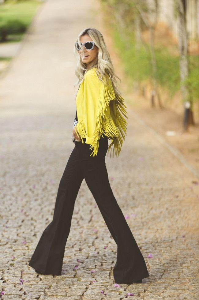 Nati Vozza do Blog de Moda Glam4You com look do dia com calça flare e casaco de franjas deusos!