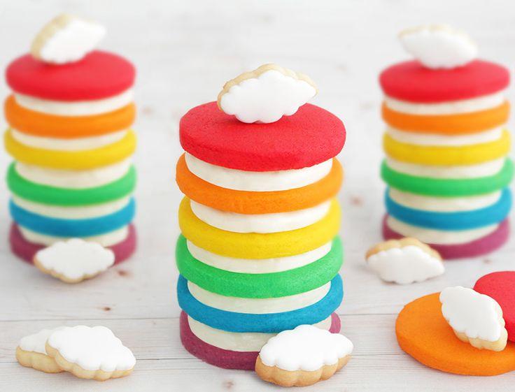 ¿Quieres comerte una tarta arcoiris como si fuera una galleta oreo? entonces tienes que probar la tarta de galletas arcoiris, hay mil maneras de saborearla.