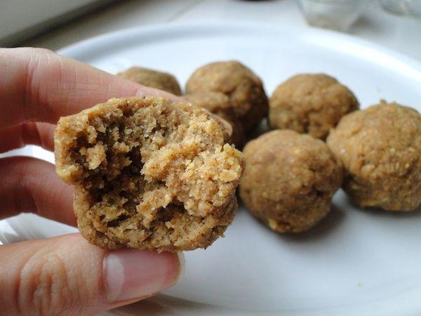 Besan ladoo : boulettes indiennes à base de farine de pois chiches, ici enrichies avec de la whey vanille.