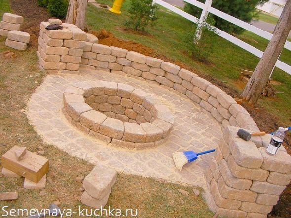 каменная скамья вокруг очага во дворе