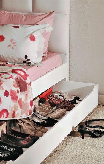 Truques de organização: uma bicama, mesmo não precisando da cama auxiliar. Usada, então, como uma sapateira. Tudo organizado e com fácil acesso! Fotografia: Casa Abril / Arquitrecos.