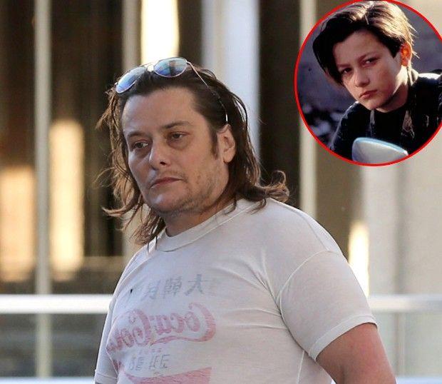 Ator de 'O Exterminador do Futuro 2' reaparece mais cheinho e usando camiseta no avesso
