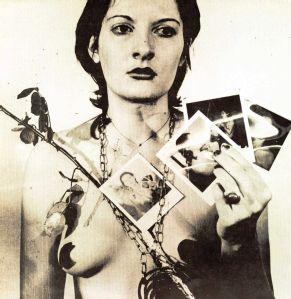Marina Abramović. 'De grootmoeder van de performancekunst' noemt ze zichzelf; maar ze heeft evengoed recht op de titel 'kind van de body art'.