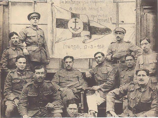 soldados portugueses, durante a I Guerra Mundial, fotografados com a bandeira do Naval 1º de Maio.
