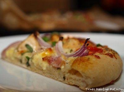 Pizza med creme fraiche, kylling, bacon, rødløk og tomat | TRINEs MATblogg