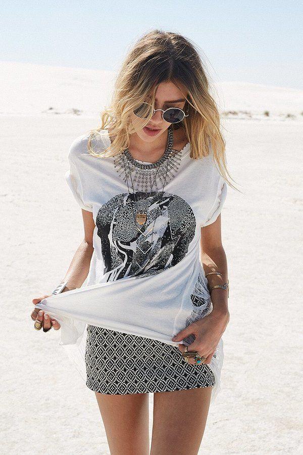 Camiseta mais larguinha pra compensar a saia justa e um colarzão para trazer o ar feminino... Nota 10!