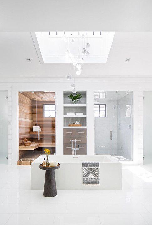 Vollweißes Badezimmer Nr. 10: Lassen Sie das Licht herein