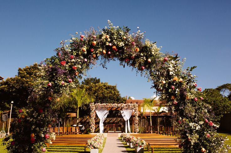 Decoração romântica com arco floral, colorido.