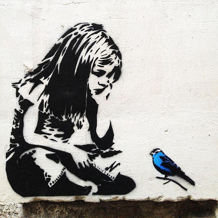 Banksy Girl mit blauem Vogel – Graffiti Street Art – Foto auf Metall (Dibond