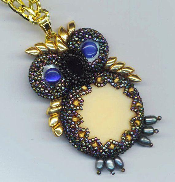 Frisado / Beadwoven pingente coruja. Olhos de gato azul. Black Onyx. Pérolas verdadeiras - Blue Owl Eye por enchantedbeads no Etsy