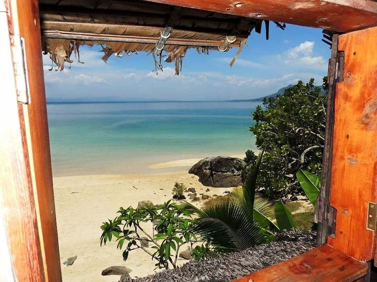 Private room in Antrema Nosy komba, MG. Ce  charmant  bungalow  en bois, pieds dans l'eau est situé dans le sud de l'île de Nosy komba (Nosy be Madagascar). Le bungalow dispose d'un lit double avec moustiquaire  , plus un autre lit double sur la mezzanine. Douche privative avec eau chau...