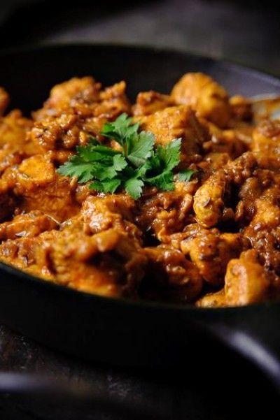 Indiase kip met garam masala en yoghurt is een lekker recept en bevat de volgende ingrediënten: 500 g kipfilet, in stukken, 1 duimgroot stukje gember, geraspt, 2 rode uien, fijngehakt, 2 el zonnebloemolie, 2 tl komijnzaad, 2 tl kurkuma, 2 tl gedroogde chilivlokken, 1 el garam masala, 1 el tomatenpuree, 1 el bruine suiker, 125 ml volle yoghurt, 250 ml water, 1/2 limoen, het sap, 1/2 bosje koriander, fijngesneden, versgemalen zwarte peper - zout