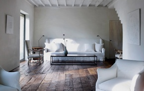 Donkere houten vloer, mooi contrast met witte meubels.