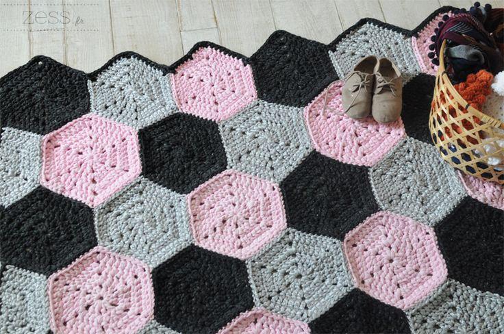 Tadaaa voila le fameux tuto de mon dernier tapis ! Bon on est d'accord que là j'ai vraiment un problème avec les tapis, j'en fais plein, va savoir pourquoi … Après le boucherouite et la rosace géante , ce sont des hexagones qui se sont empilés sur mon bureau … Les débutantes au crochet pourront se lancer sans soucis, il faut simplement connaitre les bases (bride, maille serrée) ! Mon tapis mesure 1m30x1m10. Libre à vous de placer les hexagones comme bon vous semble pour avoir un tapis plus…