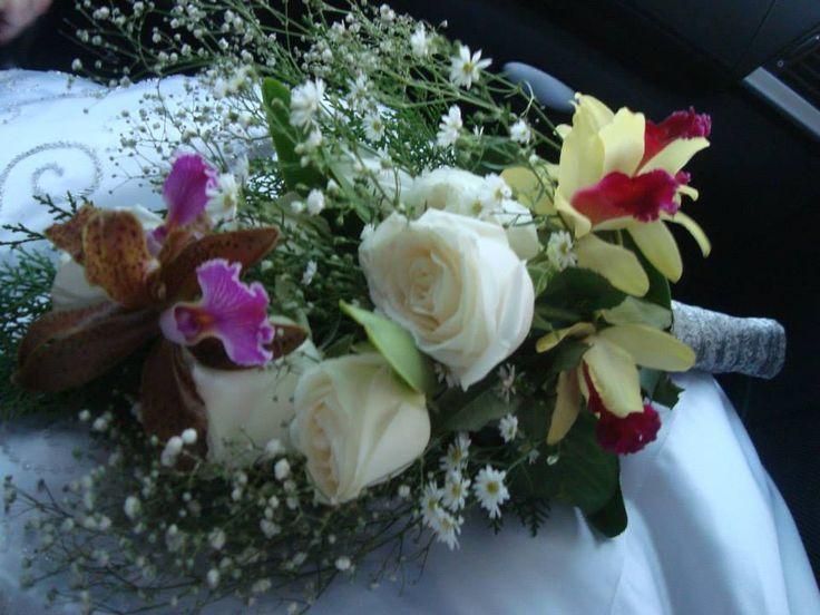 de orquídeas e rosas, feito poucas horas antes do casamento, pela