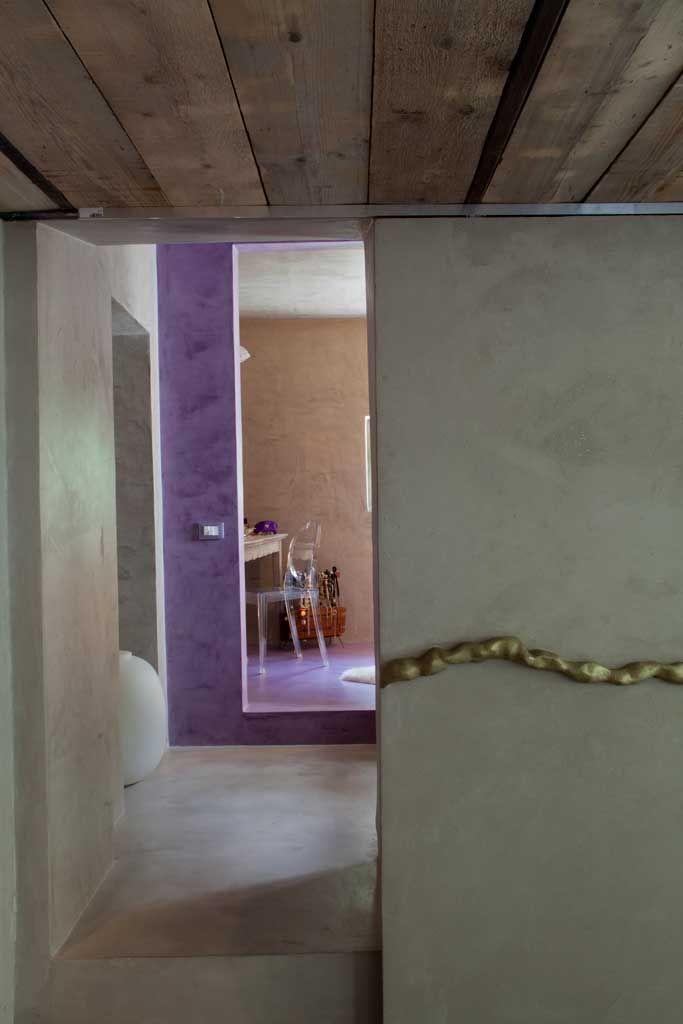 porta scorrevole malta di calce e resina metallica pavimento e parete microcemento