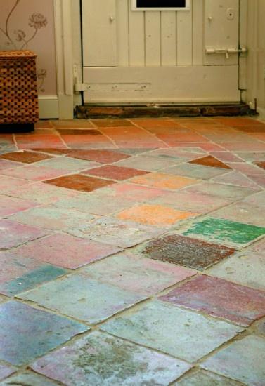 Deze ruwe vloer van plavuizen geeft een prachtig landelijke uitstraling.