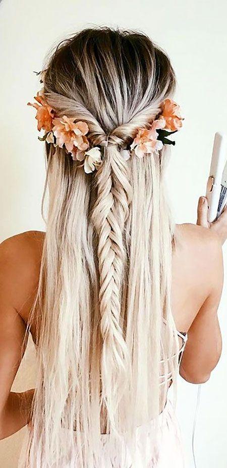 Tresse française avec des fleurs, des idées de mariage de cheveux longs