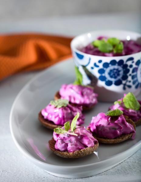 Punajuuritsatsiki on kauniin värinen. Se sopii sellaisenaan leivän kanssa tarjottavaksi tai lisäkkeeksi esimerkiksi lihapullille.