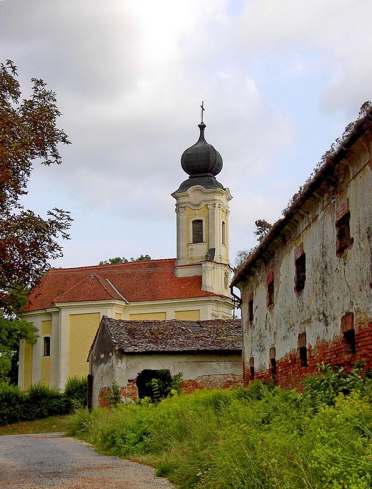 Ötvöspuszta, barokk templom és magtár