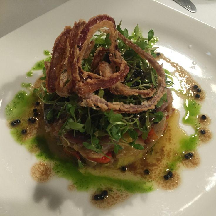 Sardina ahumada con escalibada, lechugas, vinagreta de huevas de mújol y cebollino