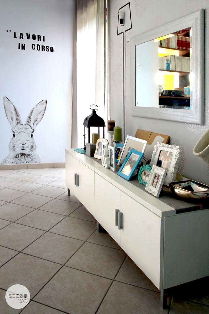 La lavagna magnetica con il coniglio è focus principale del soggiorno.