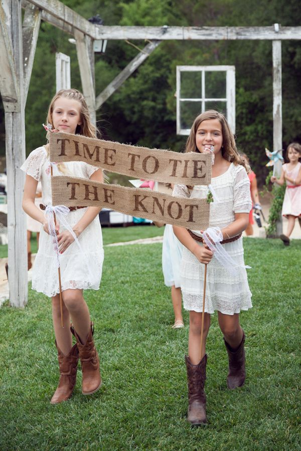time to tie the knot sign #rusticwedding #weddingsigns #outdoorwedding http://www.weddingchicks.com/2013/10/29/bookworm-wedding/