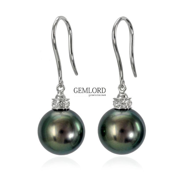 Eleganckie kolczyki z czarnymi perłami. Najwyższej klasy perły morskie Tahiti - idealnie okrągłe, o nieskazitelnej powierzchni i wspaniałym blasku. Klasyczna oprawa z białego złota o formie bigli zakończonych brylantową koroną. #kolczyki #earrings #perły #pearls #perlas #perolas #жемчуг #złoto #whitegold #diamonds #diamenty #biżuteria #jewellery #jewelry #quality #topquality #luksus