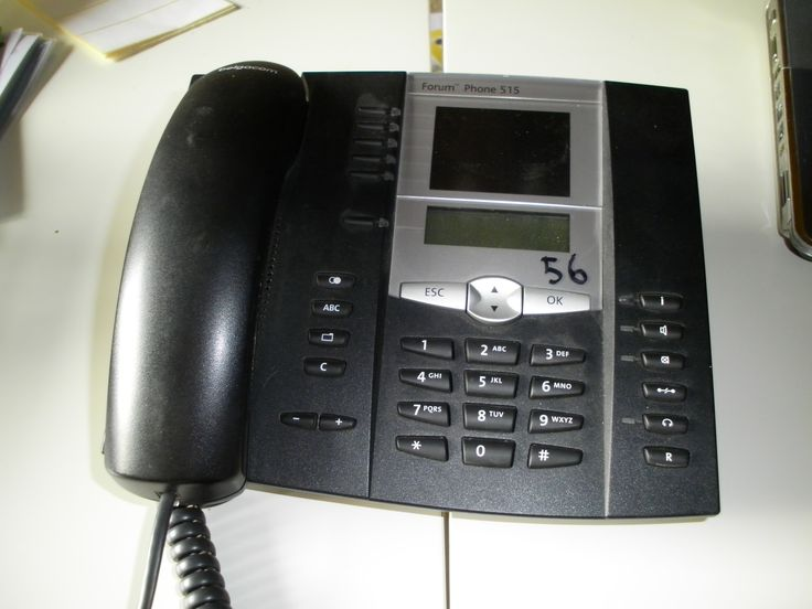 Een oude telefoon. Plaats liefst 2 telefoons in 2 hoekjes vb. poppenhoek en winkeltje. Leg ernaast een telefoonboek met het symbooltje van alle kleuters en daarnaast hun telefoonnummer. De kleuters moeten eerst de cijfers juist overtypen voor ze kunnen bellen naar elkaar. *liestr*