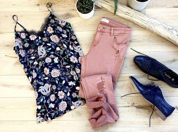 Idée look : top lingerie à fleurs + pantalon corail effet déchiré + derbies ajourées >> http://www.taaora.fr/blog/post/tenue-top-bretelles-imprime-fleuri-pantalon-rose-corail-saumon-derbys-ajoures-bleu-marine #outfit #ootd