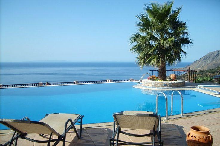 Description: Comfortabele traditioneel ingerichte appartementen met mooie infinity pool in het zonnige zuiden van Kreta. Heerlijk rustig gelegen ontbijt inbegrepen en met prachtig uitzicht over de baai van Plakias. Waanzinnig mooi uitzicht vanuit het infinity zwembad De groene heuvels rondom het piepkleine dorpje Mirthios worden ook wel het balkon van Plakias genoemd en daar is natuurlijk al veel mee gezegd. Het uitzicht is er waanzinnig mooi: de hele baai die haarvele tinten blauw…