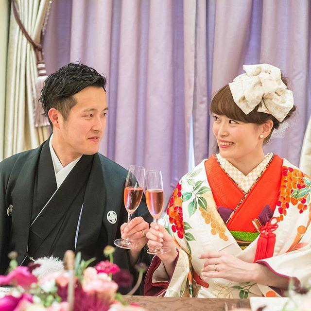 無事乾杯できましたpic♡♡ 新郎スピーチもなんとか終わってホッとしている写真です( ^ω^ ) 親族だけの挙式ではすごく緊張して何度も練習をしたのに、倍の人数いる横浜式では、カンペ完成せず、練習もしないで迎えた本番♡♡笑 なんとかなったね〜(o^^o) という心の声が聞こえてくる一枚♡  #cucuru#色打掛#weddingtbt#披露宴#乾杯#卒花嫁#weddingnews#ラバンクドロア#11月13日#さゆぺーwedding
