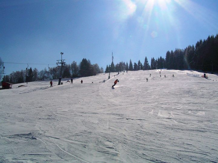 Ski areál Kašperské Hory Ubytování naleznete zde: https://www.ehotel.cz/ubytovani/Ka%C5%A1persk%C3%A9%20Hory/pokoje-1/dospeli-2?accept_benefits=0&accept_voucher=0