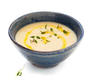 En värmande soppa för kalla vinterdagar. Den här krämiga soppan på potatis och palsternacka ges hetta och sting i smaken av vitlök och chili. Enkel att göra och passar utmärkt både som en förrätt eller huvudrätt.