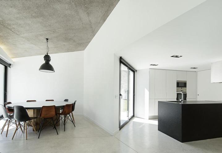 Casa total white in stile industriale nella campagna spagnola