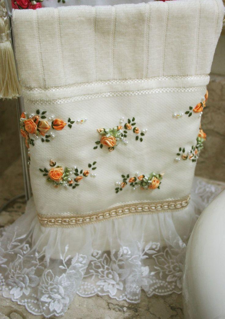 - Toalha de lavabo bordada na cor laranja mesclado e acabamento com renda floral e mini pérolas.  *Referente ao prazo para a produção, ele pode variar dependendo do fornecedor de materiais, porém enviamos o quanto antes possível.