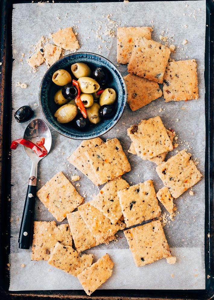Lekker bij de borrel deze hartige koekjes met olijven en kaas. Gemakkelijk te maken en in 15 minuutjes in de oven afgebakken. Kijk hier voor het recept.