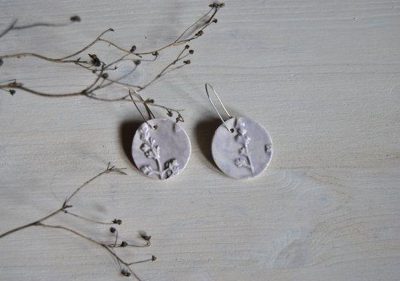 Orecchini in ceramica luce lavanda handmade hight di Arualceramics