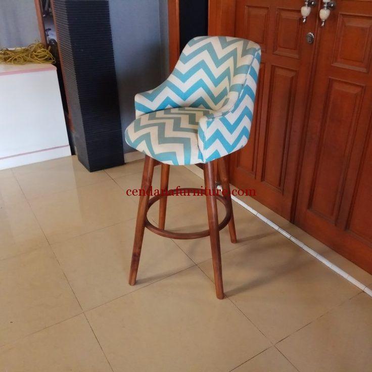 Kursi Bar Jati Jok Putar terbuat dari bahan baku kayu jati dengan finishing melamin serta kami sempurnakan dengan balutan basa empuk dan kain jok yang halus