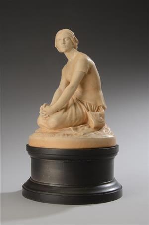 Ipsens Enke  Figur af terracotta, Jeanne d'Arc på fodstykke af sort terracotta nr  551