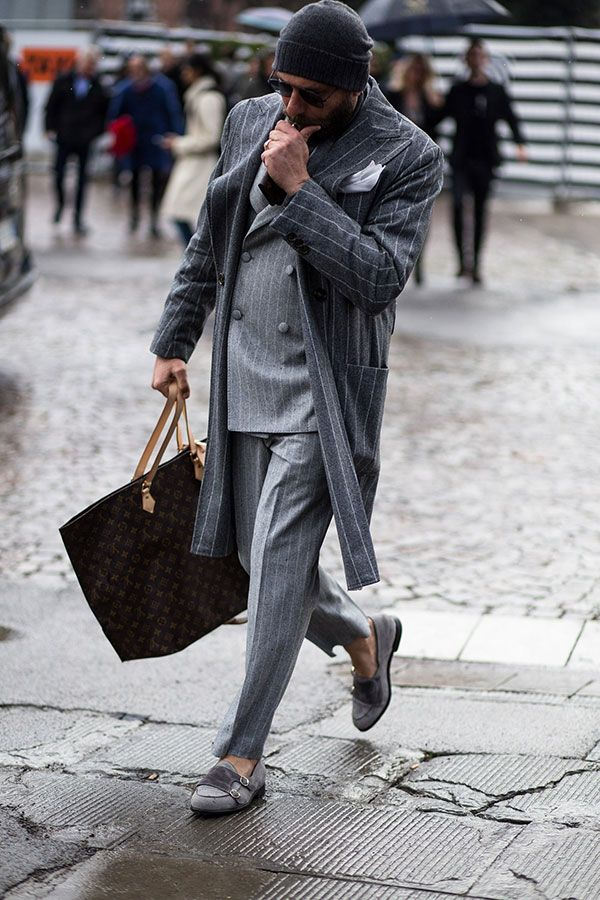 2018-02-01のファッションスナップ。着用アイテム・キーワードはグレースーツ, コート, サングラス, ストライプスーツ, スーツ(シングル), ダブルスーツ, チェスターコート, ニットキャップ, バッグ, ポケットチーフ, ローファー,Louis Vuitton, Pitti Uomo(ピッティ・ウォモ)etc. 理想の着こなし・コーディネートがきっとここに。| No:249355