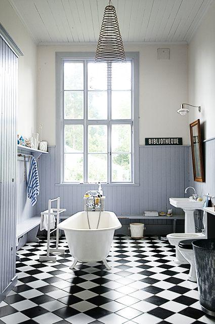 Enkelt och stilrent badrum i gammal skola. Foto Ingalill Snitt