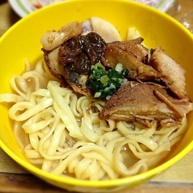 お母さんが沖縄のお土産に麺とスープしか入ってない沖縄そばを買ってきたので、ソーキは❓あれがうまいのに~❗️的な感じだったので自分で家にあった鶏胸肉でソーキ風作って乗せました*\(^o^)/*❗️美味しィ~❗️自分でだけどよくできました✨ - 15件のもぐもぐ - 沖縄そば(^o^)/❗️に鶏胸肉でソーキ風✨ by anje