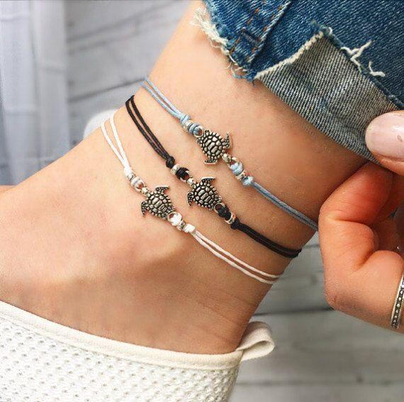 ___ ~ A ~ L I T T L E ~ B E A D E D ~ T U R T L E ~ A N K L E T ~ ___ ~ Super mignon, ton argent tortue disposent de charme et perles design. ~ Un choix de cordon noir, blanc ou bleu ciel. ~ Ce bracelet de cheville n'a pas un fermoir, mais est conçu pour attacher et fixez confortablement comme indiqué dans la photo 4. ___S I Z E ~ G U I D E___ ~ Cette cheville est livré en quatre tailles, X-Small, Small, Medium et Large. ~ Sélectionnez votre choix dans le menu déroulant ; X-Small (pour s'ad…