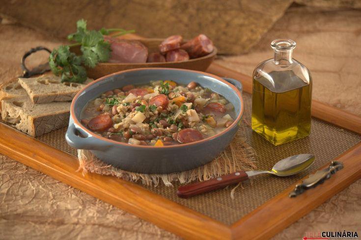 Receita de Sopa de feijão e cevada. Descubra como cozinhar Sopa de feijão e cevada de maneira prática e deliciosa com a Teleculinária!