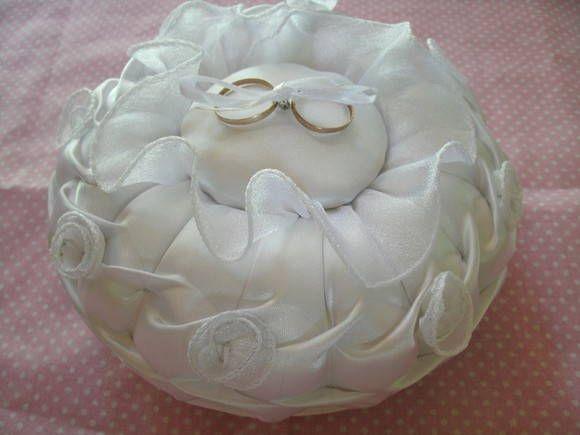 almofada em cetim, enchimento manta acrilica, com detalhes e aplicacões em organza R$ 35,00