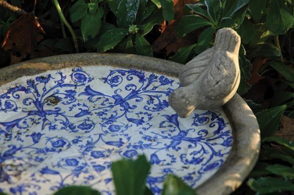 Antikolt kerámia madáritató, kék-fehér mintázattal, kő madárkával. Dekoratív és hasznos termék kertjébe, teraszára, a madarak kedvére