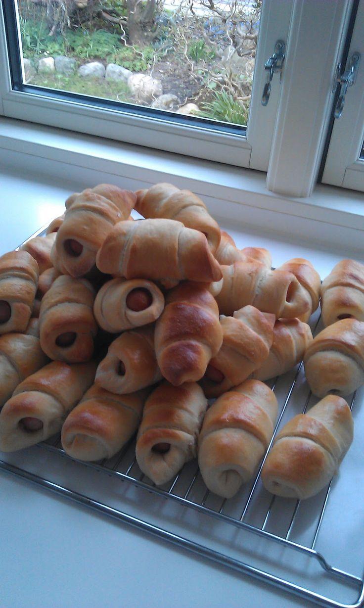 Her er nogle nemme og lækre pølsehorn til madpakke, mellemmad eller bare en lille snack:) Pølsehorn-video Ca. 24 stk Det skal du bruge...
