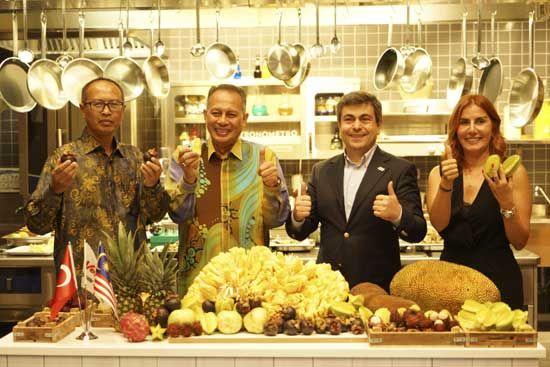 mayatta.com - BÜYÜKELÇİ JACKFRUiT MEYVESi Ni TANITTI-  Türkiye Malezya Büyükelçisi Dato Abdul Razak Abdul Jackfruit meyvesi ile özel bir şova imza attı. Büyükelçi, 18 kiloya ulaşan ağırlığı ile dünyanın en büyük meyvesi olarak bilinen; ağırlığına rağmen ağaçta yetişen ve meyvelerin şahı olarak da adlandırılan Jackfruit'in kesim tekniğini uygulamalı olarak gösterdi.