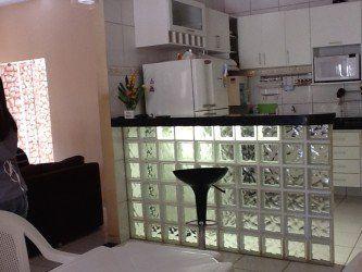 cozinha americana com bancada de tijolo de vidro